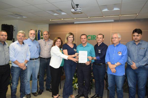 Candidato Wellington recebe documento dos empresários de Rondonópolis